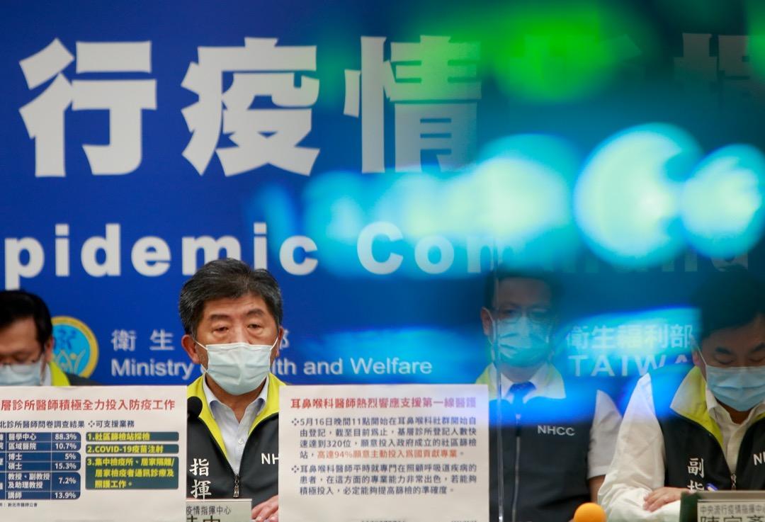 2021年5月18日,台灣衛生福利部部長陳時中主持每天的中央流行疫情指揮中心記者會。