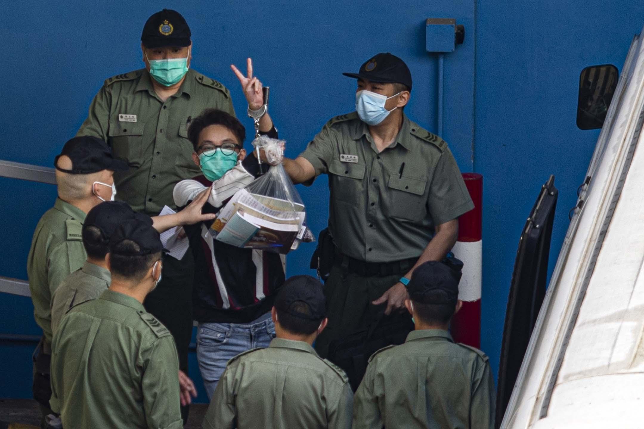 2021年5月28日荔枝角收押所,陳皓桓登上囚車押往法院。 攝:陳焯煇/端傳媒