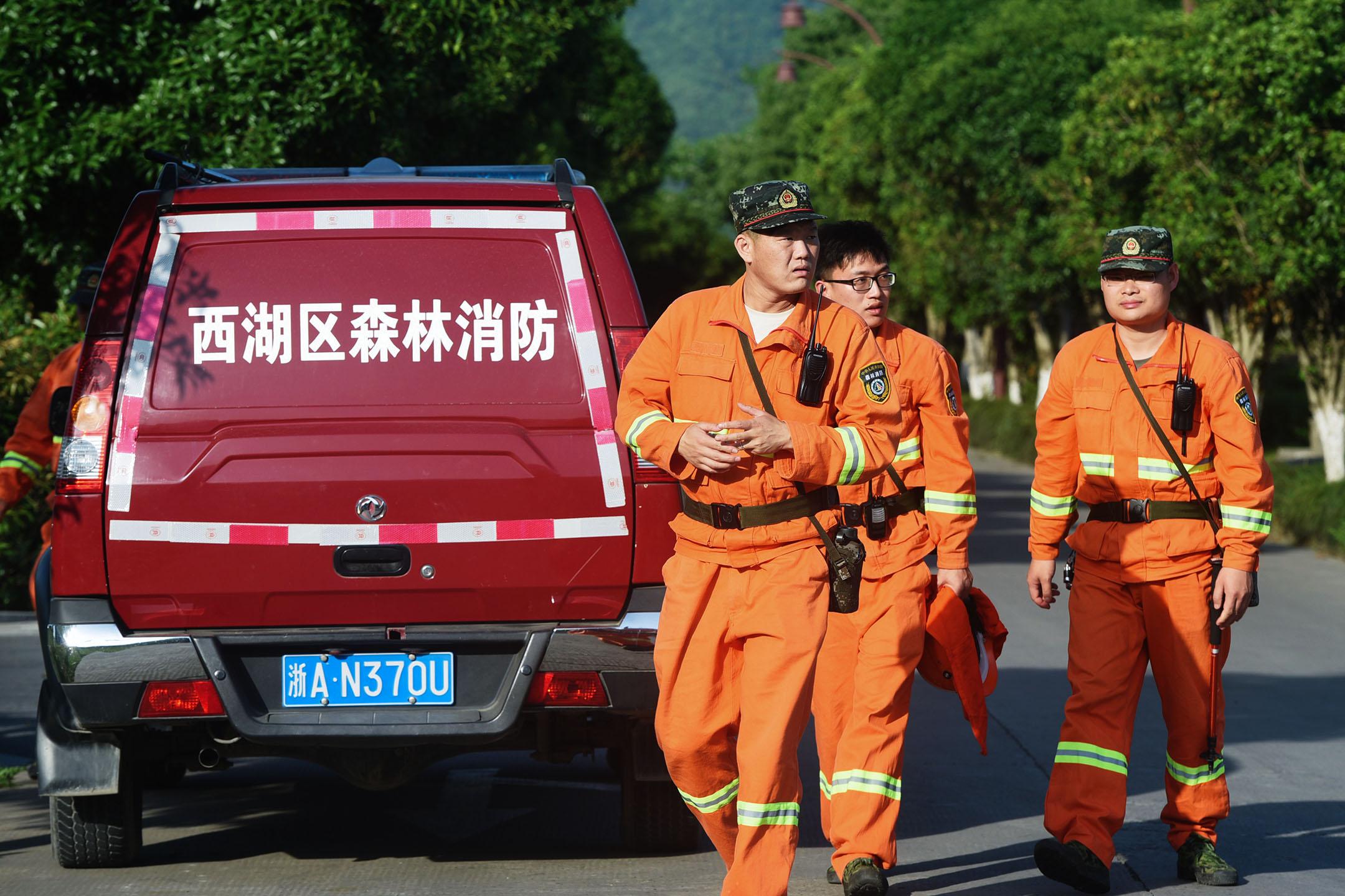 2021年5月9日中國杭州,工作人員在西湖區附近的山上尋找豹。 攝:Costfoto/Barcroft Media via Getty Images