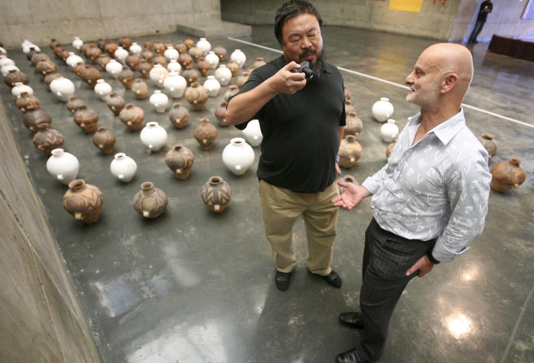 2008年9月25日,希克與艾未未在美國加州伯克利藝術博物館舉辦的一個展覽上。