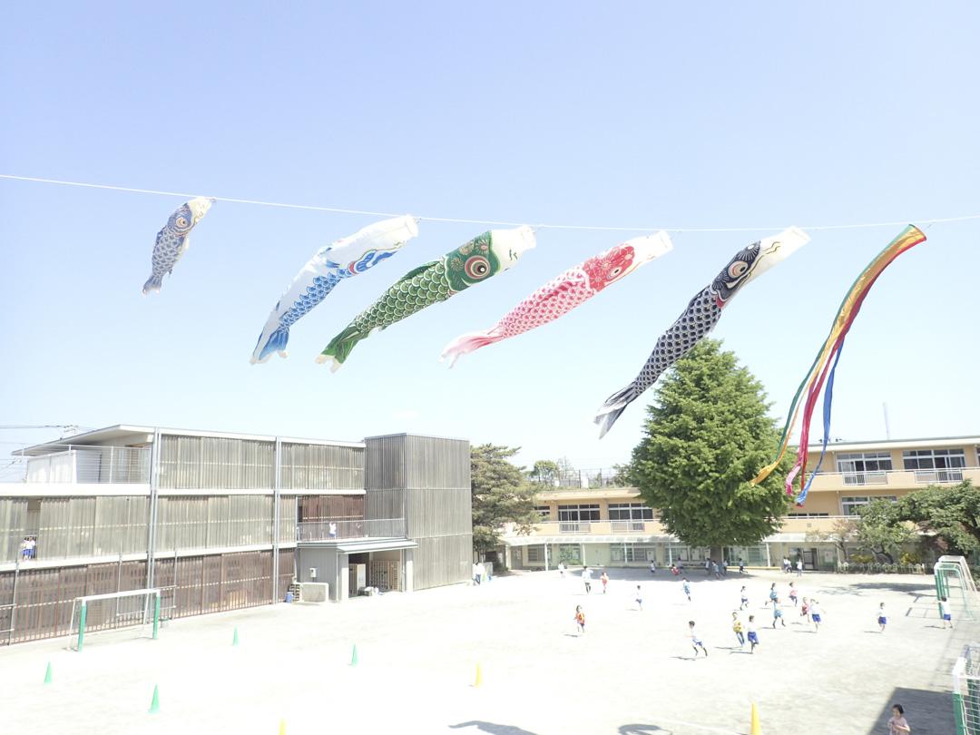 和光小學的學生在操場上踢足球。