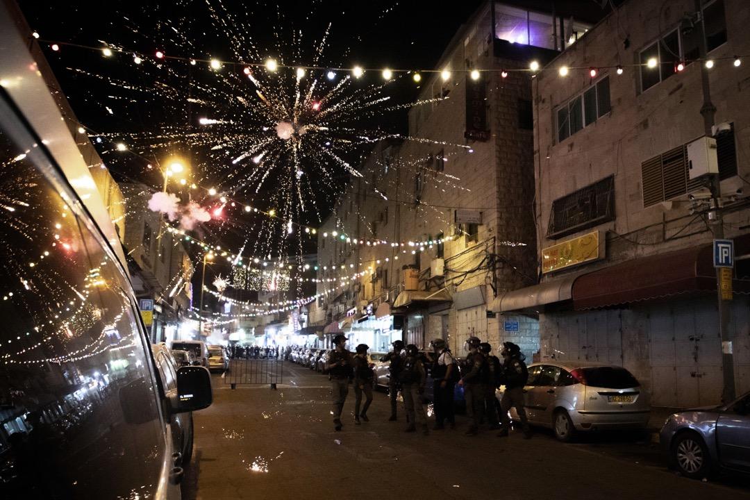 2021年5月9日,耶路撒冷阿克薩清真寺,巴勒斯坦示威者向閘門前站崗的以色列部隊成員發射煙花抗議。