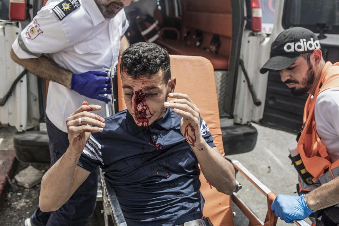 2021年5月10日,耶路撒冷阿克薩清真寺外,救護人員用擔架抬走一名在衝突中受傷的巴勒斯坦示威者。