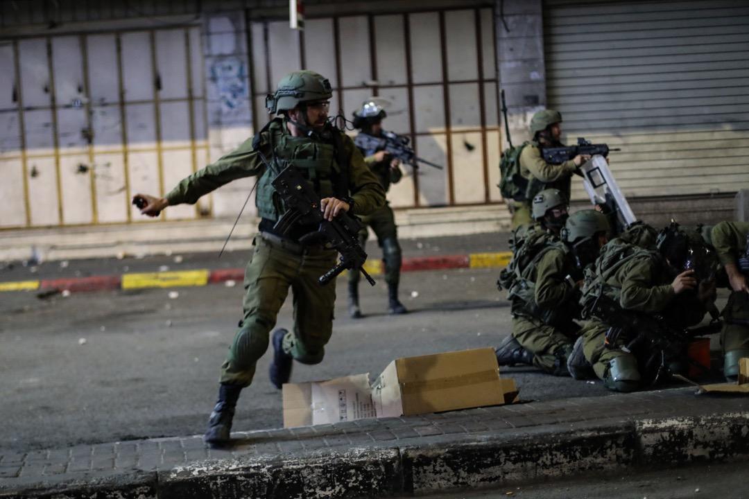 2021年5月10日,巴勒斯坦西岸地區城市希伯崙,以色列部隊使用催淚彈、橡膠子彈和震撼彈驅散一場巴勒斯坦的示威。