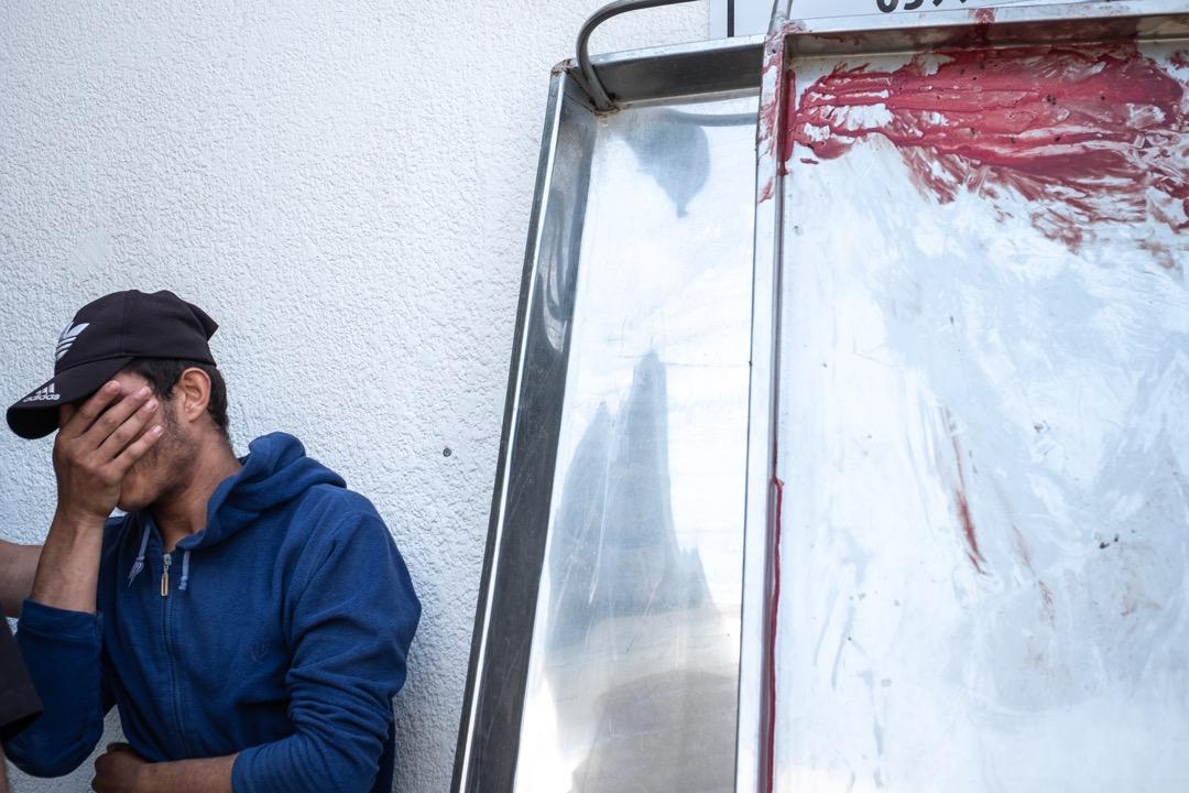 2021年5月10日,加沙市,一張擔架床上染上了一名受傷的巴勒斯坦示威者的血。