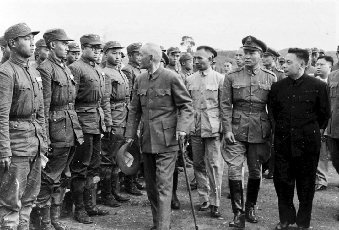 孫立人與蔣經國陪同蔣介石檢閱部隊。