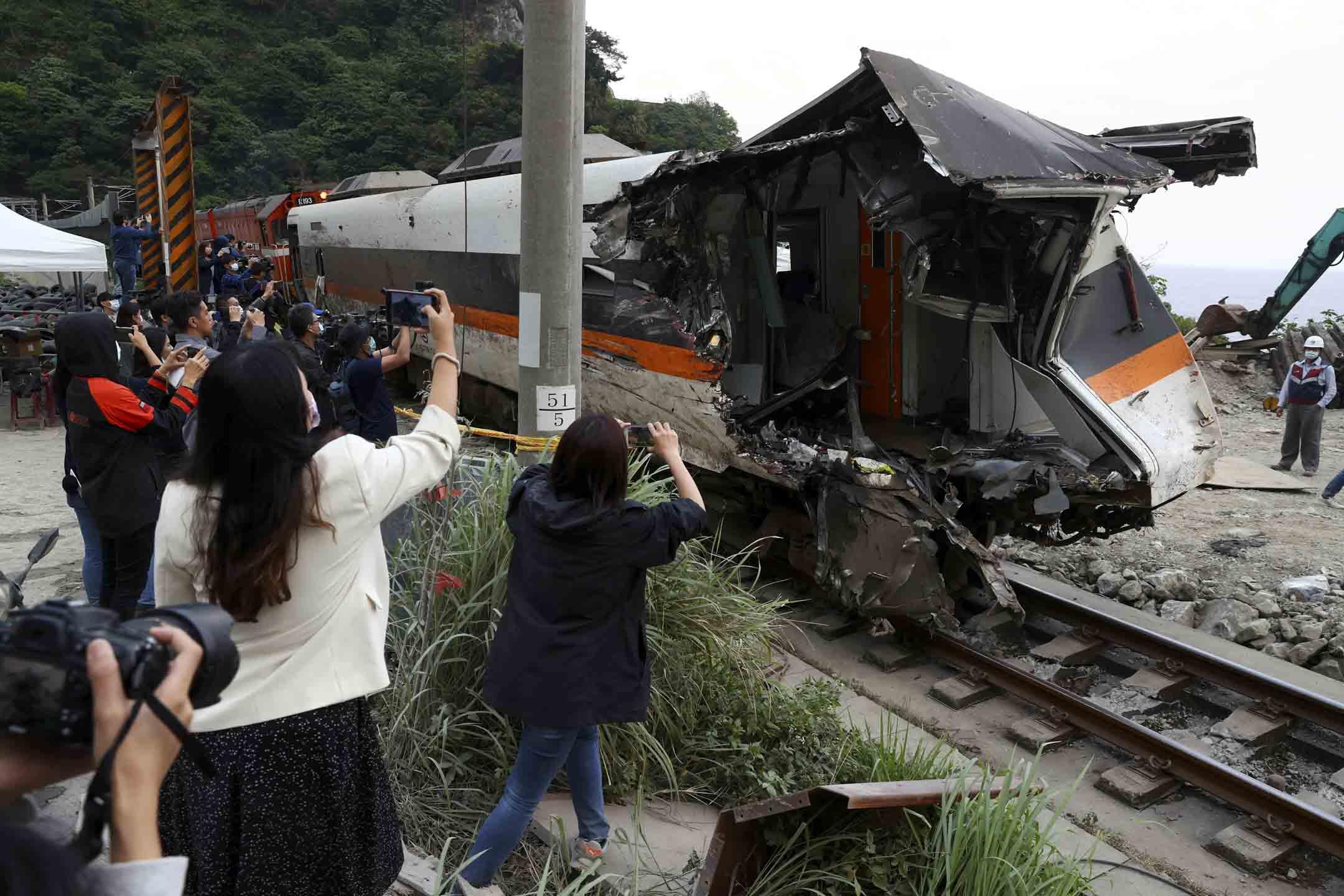 2021年4月6日,花蓮「太魯閣號」出軌事故後,工作人員從隧道中抽出一輛損壞的火車車廂。 攝:Ann Wang/Reuters/達志影像