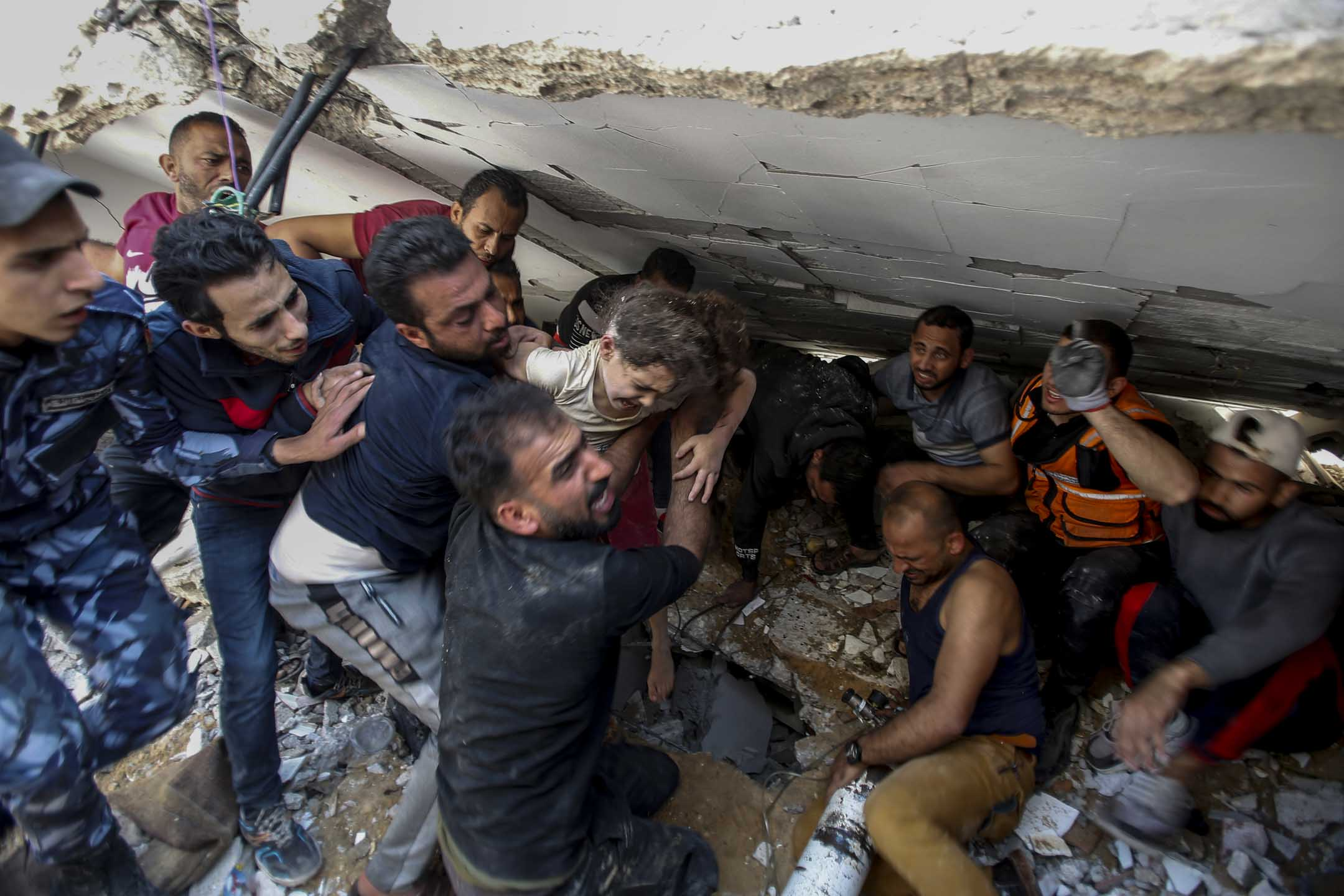 2021年5月16日,因早前以色列在加沙進行的空襲,救援人員把一名被困的小女孩從廢墟中拯救出來。 攝:Mohammed Salem/Reuters/達志影像