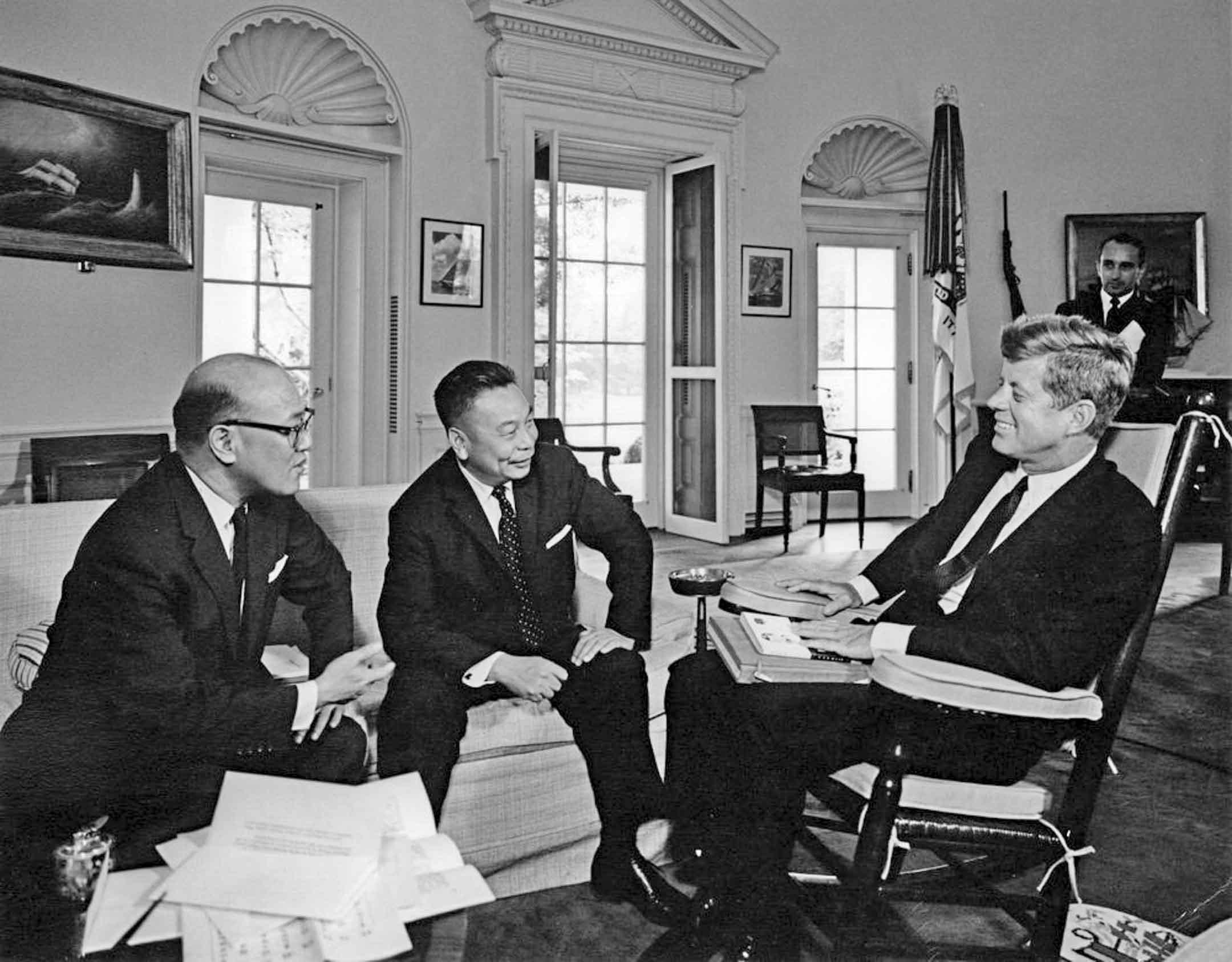 1963年9月11日,美國總統甘迺廸在白宮會晤蔣經國,左側為時任新聞局長沈劍紅。