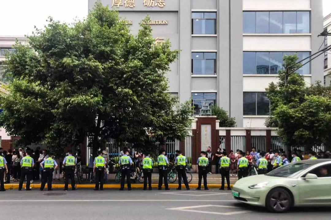 2021年5月11日,成都49中门外,前来悼念堕楼身亡学生林唯麒的民众与警察发生冲突,大批警员迅速到场增援。