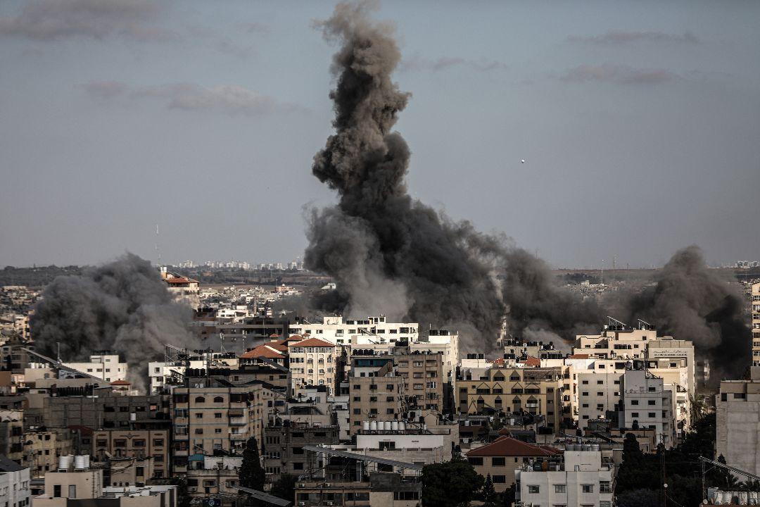 2021年5月17日,以色列空襲加沙al-Rimal街区卡塔爾紅新月會(Qatar Red Crescent Society)。 攝:Ali Jadallah/Getty Images