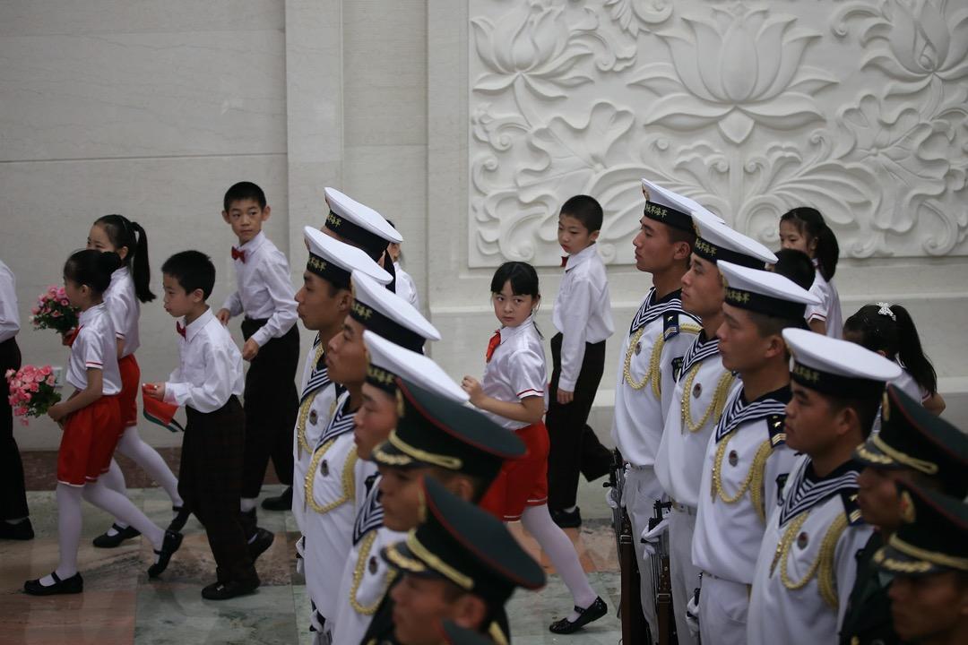 2013年9月18日,北京,少年兒童隊伍預備迎接到訪的約旦國王阿卜杜拉二世。