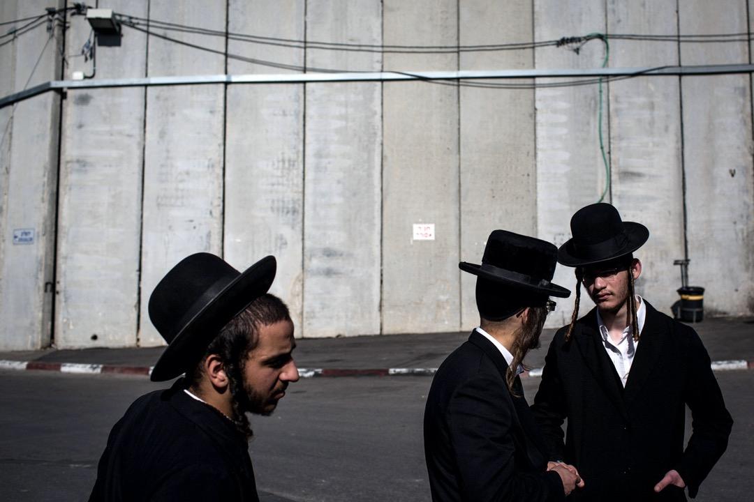 2017年1月,巴勒斯坦西岸城鎮伯利恆,數名正統派猶太教徒站在圍牆前。