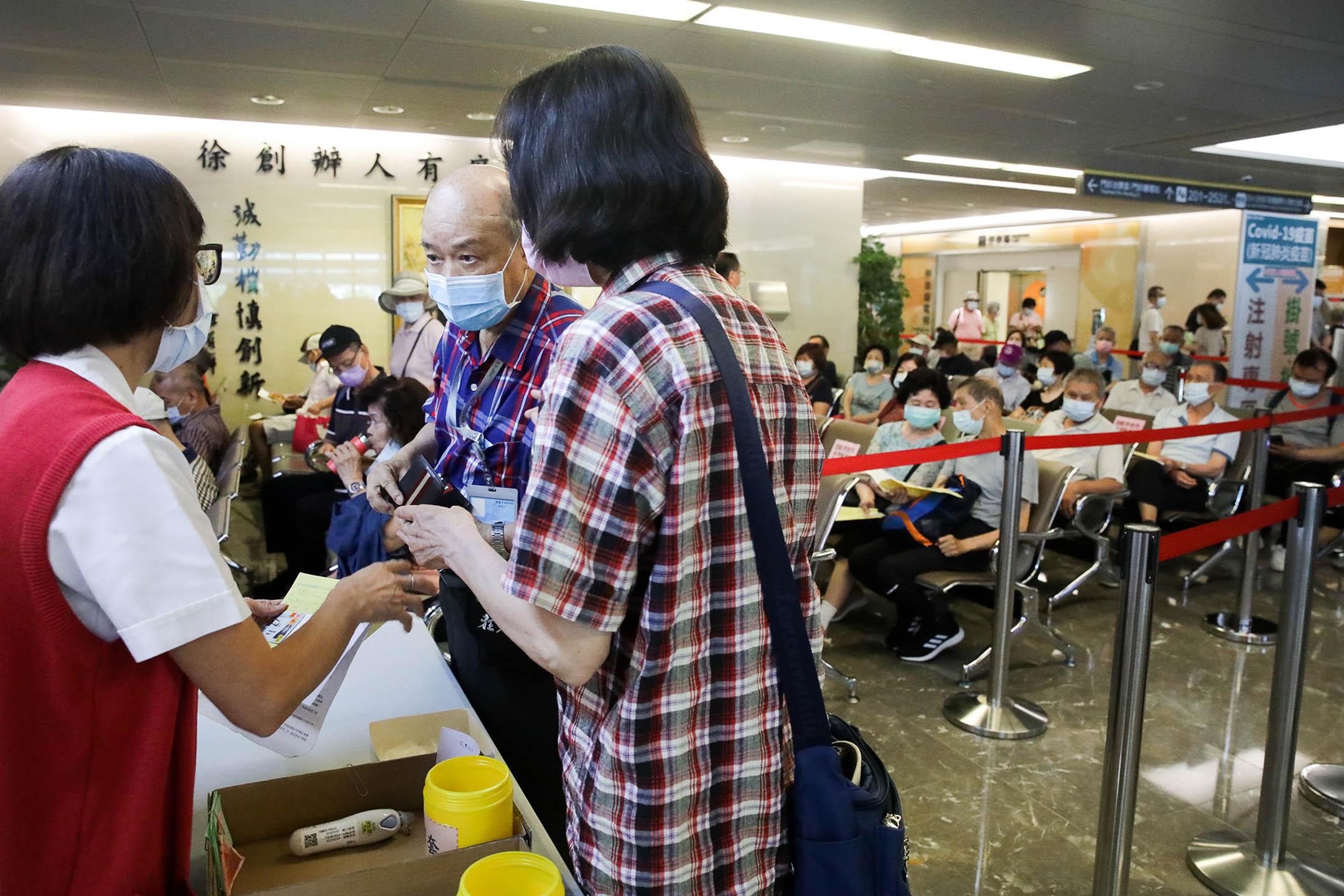 2021年5月13日台灣新北市,人們在醫院查詢問如何接種2019冠狀病毒疫苗。