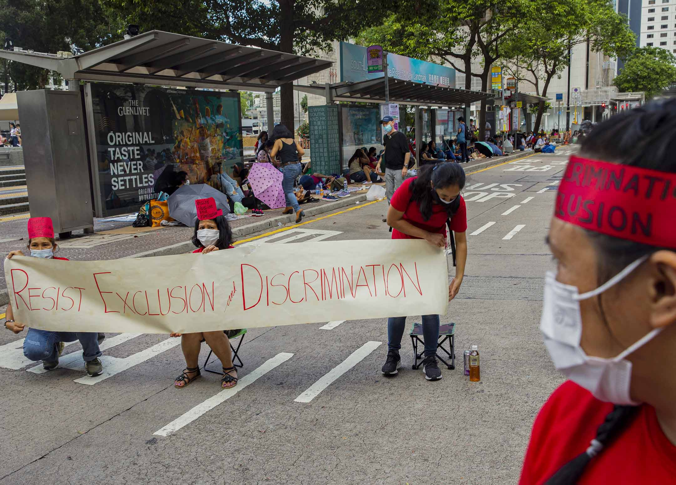 2021年5月16日中環,亞洲移居人士聯盟 (AMCB)穿上紅衣舉起橫額,呼籲不要歧視在港外傭。