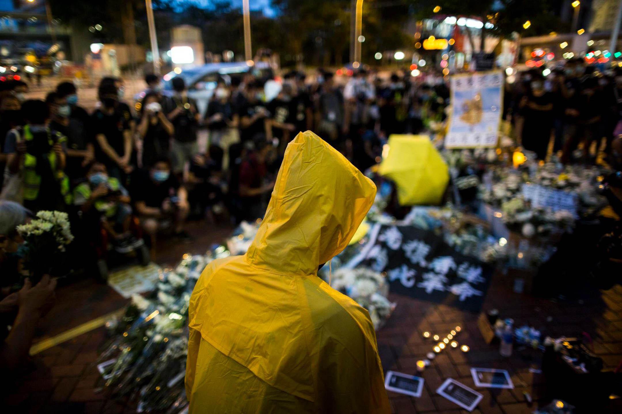 2020年6月15日香港金鐘,梁凌杰逝世一週年,市民自發為他舉行悼念儀式,大批市民排隊獻上鮮花及燭光。 攝:林振東/端傳媒