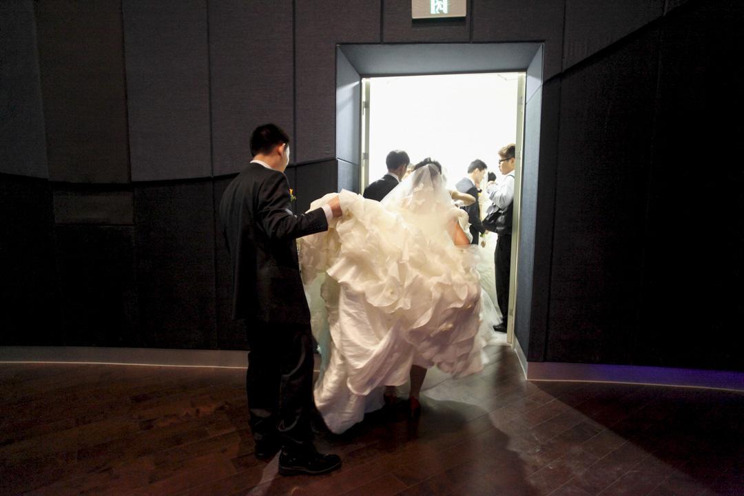 上海一對新婚夫婦準備參加集體婚禮。
