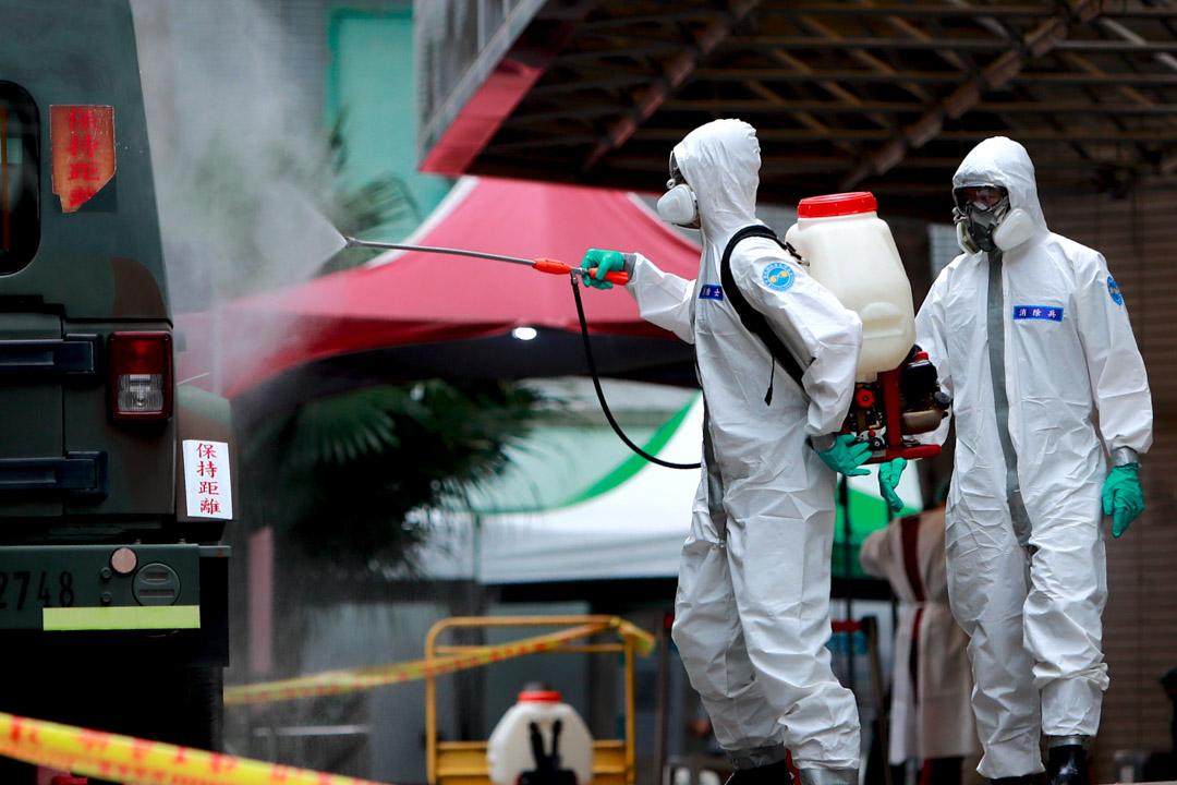 2021年5月21日,工作人員在台北和平醫院消毒。