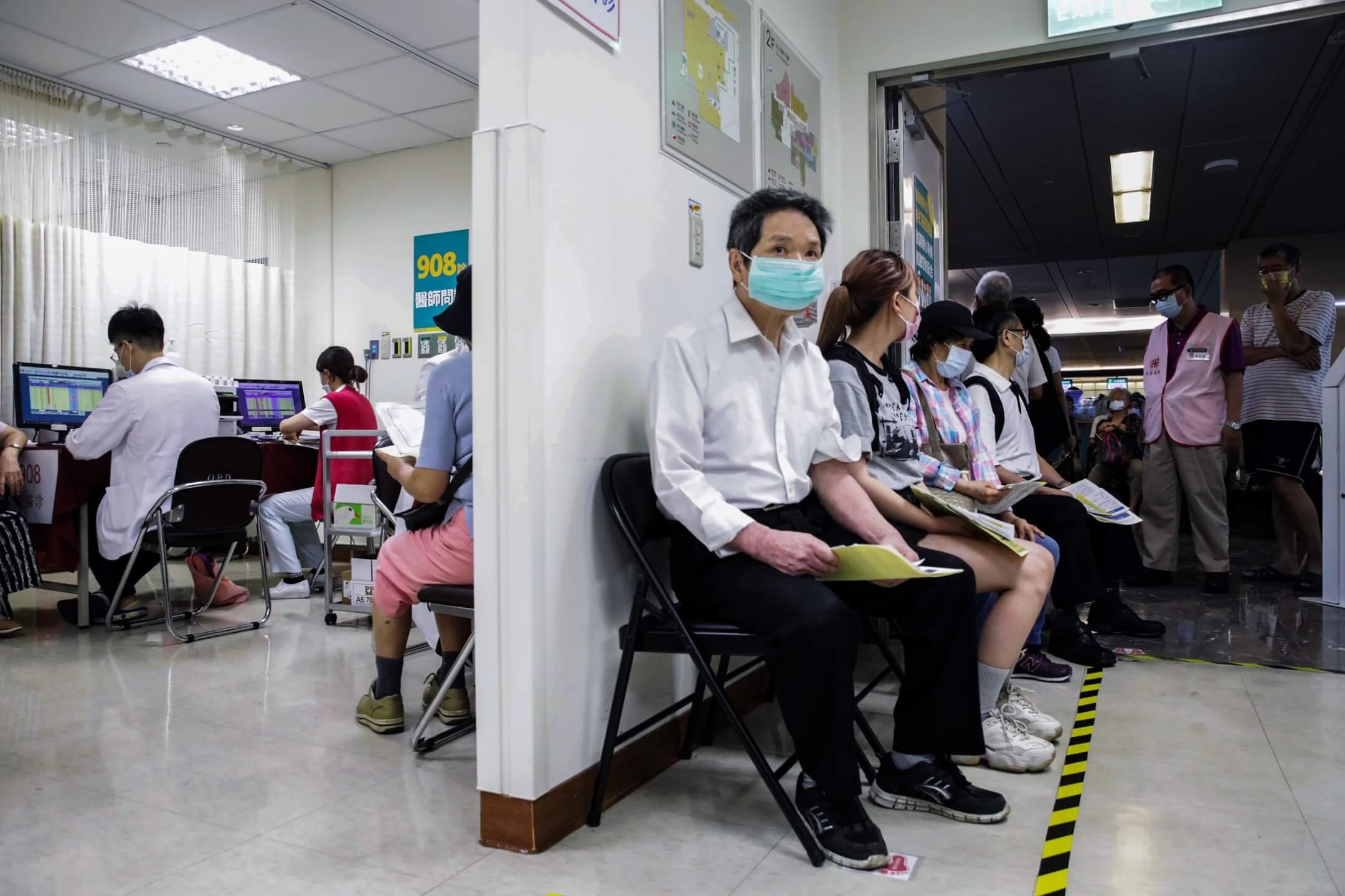 2021年5月13日,台北市一家醫院,市民前往接種新冠病毒疫苗。 攝: I-Hwa Cheng/Bloomberg via Getty Images