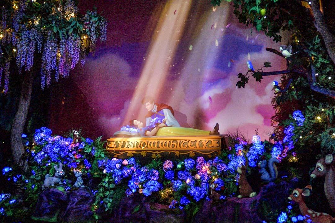 2021年4月30日,美國加州迪士尼樂園的白雪公主表演環節。 攝:Jeff Gritchen/MediaNews Group/Orange County Register via Getty Images