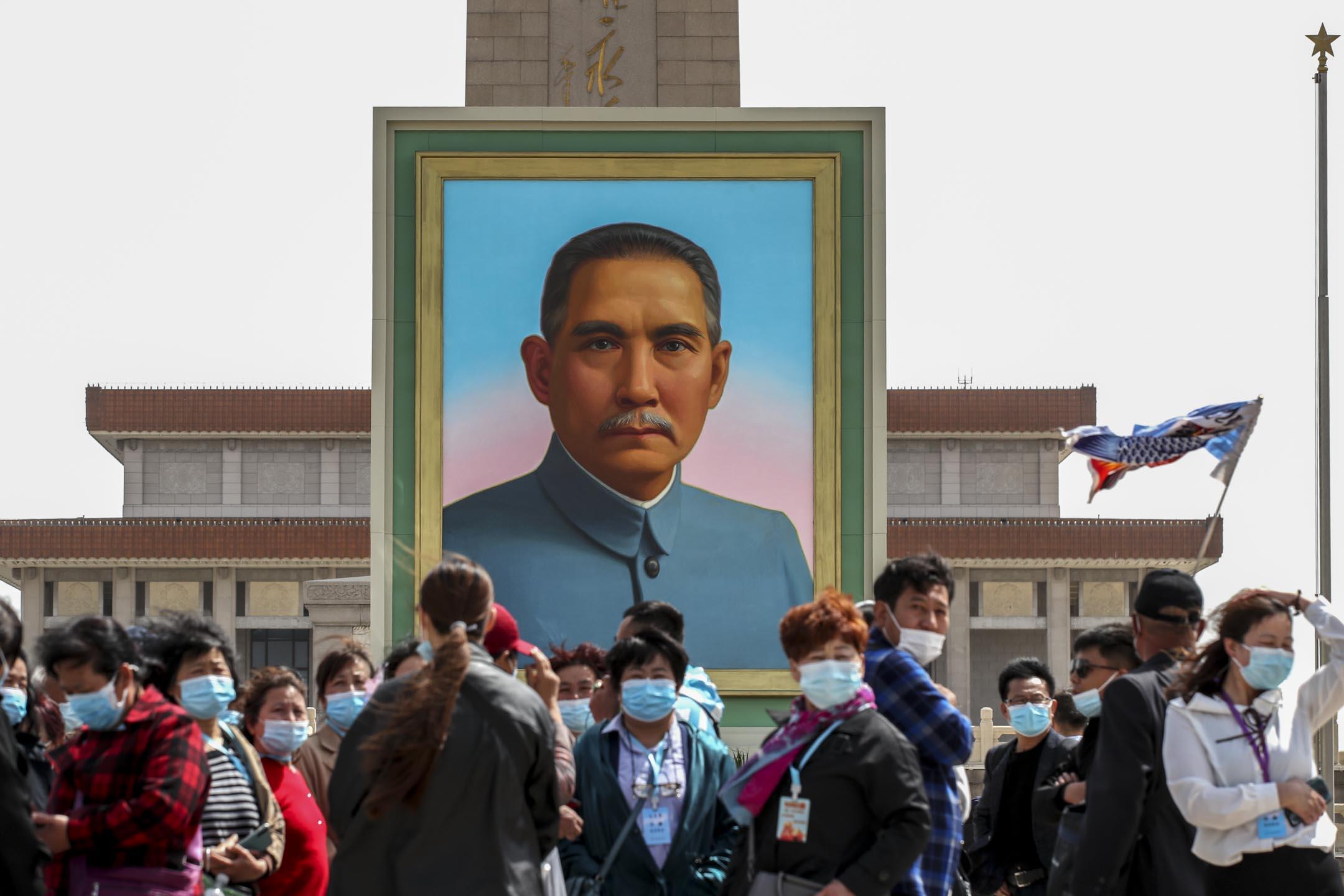 2021年4月27日,中國五一勞動節假期前﹐遊客在天安門廣場的孫中山肖像前拍照。 攝:Wang Xin/VCG via Getty Images