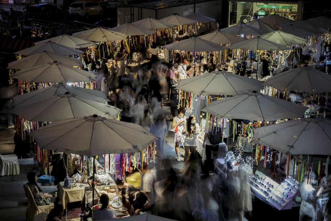 2020年6月18日,成都的攤販市場熙來攘往。
