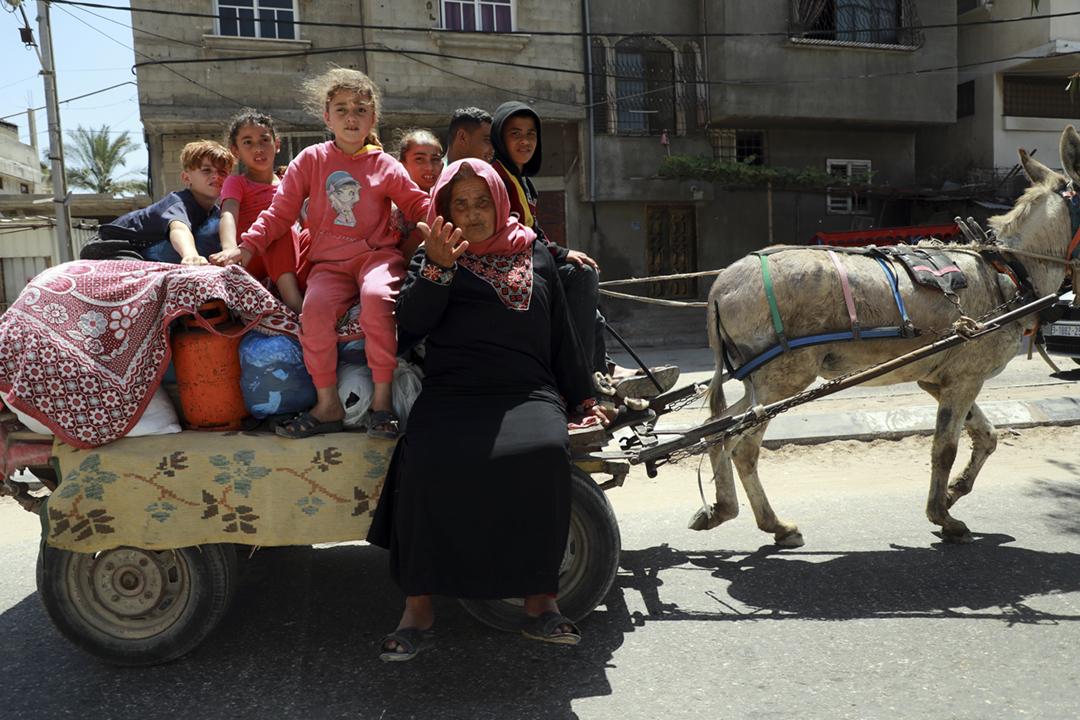 2021年5月14日在加沙地帶,巴勒斯坦人扶老攜幼、駕乘驢車逃離家園。 攝:Majdi Fathi / NurPhoto via Getty Images