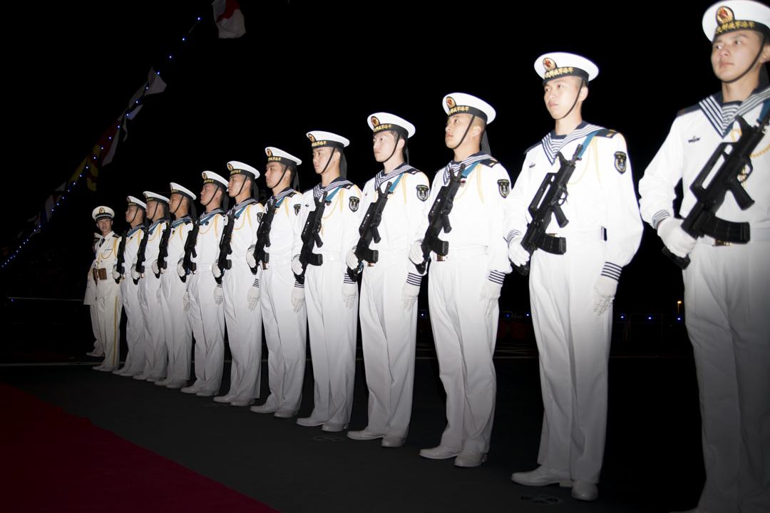 2015年2月20日,中國海軍在希臘雅典出席一個慶典。 攝:NurPhoto/NurPhoto via Getty Images