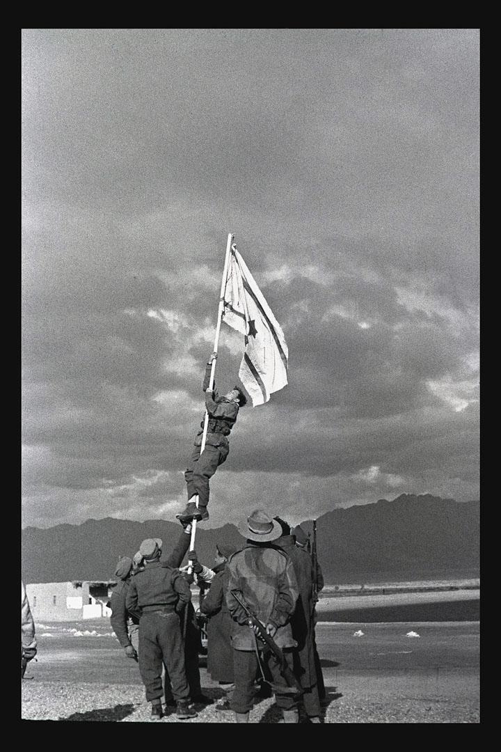 1949年3月10日,以色列軍隊舉起國旗。