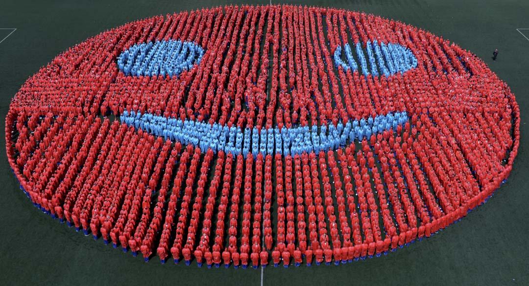 2013年4月13日,吉林省實驗學校的3,827名學生組合成一個直徑52米笑臉。