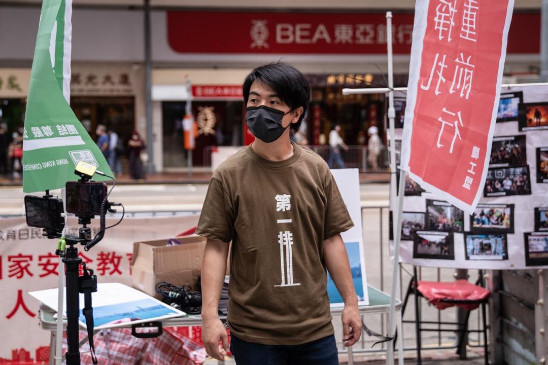 2021年5月1日,勞動節,職工盟以「亂世掙扎,負重前行」為題,鄧建華在銅鑼灣擺設街站。