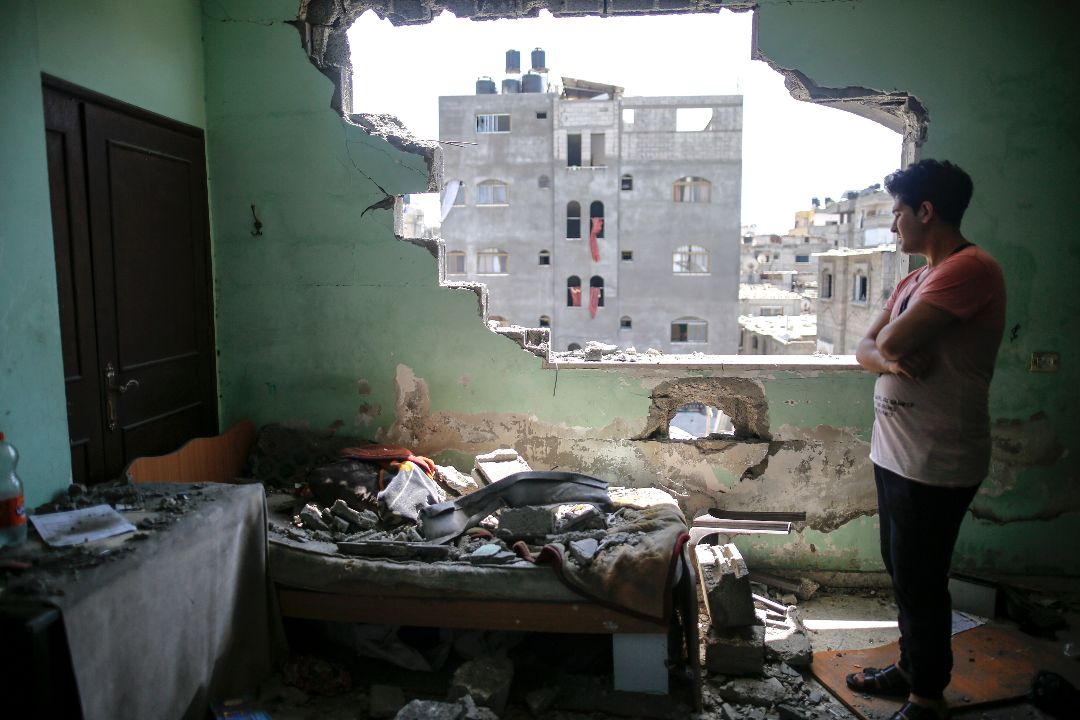 2021年5月20日,加沙,以色列空襲後,一名巴勒斯坦人查看房屋損毀情況。 攝:Sameh Rahmi/Getty Images