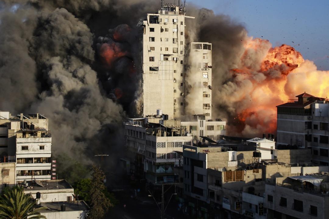 2021年5月10日,加沙市,一棟大樓被以色列發射的火箭炮擊中摧毀。