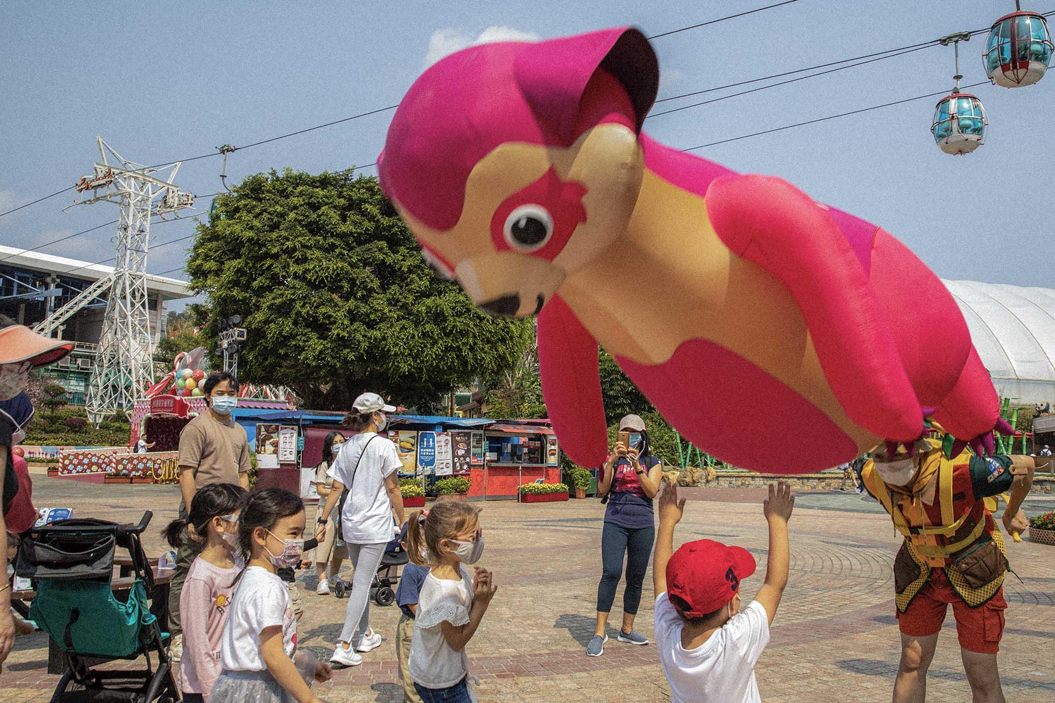 2021年3月16日,表演者與兒童玩耍。