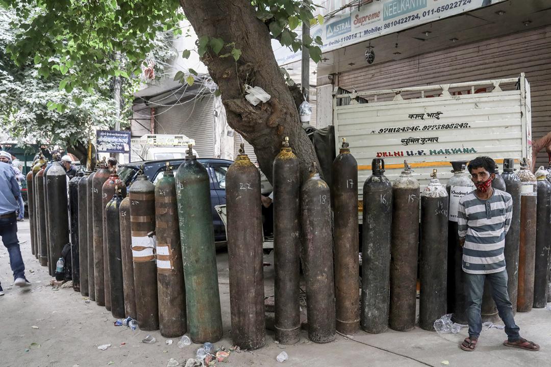 2021年5月6日在印度新德里,街頭放滿了空的氧氣瓶,工人及民眾等候為氧氣瓶充氣。 攝:Naveen Sharma / SOPA Images / LightRocket via Getty Images