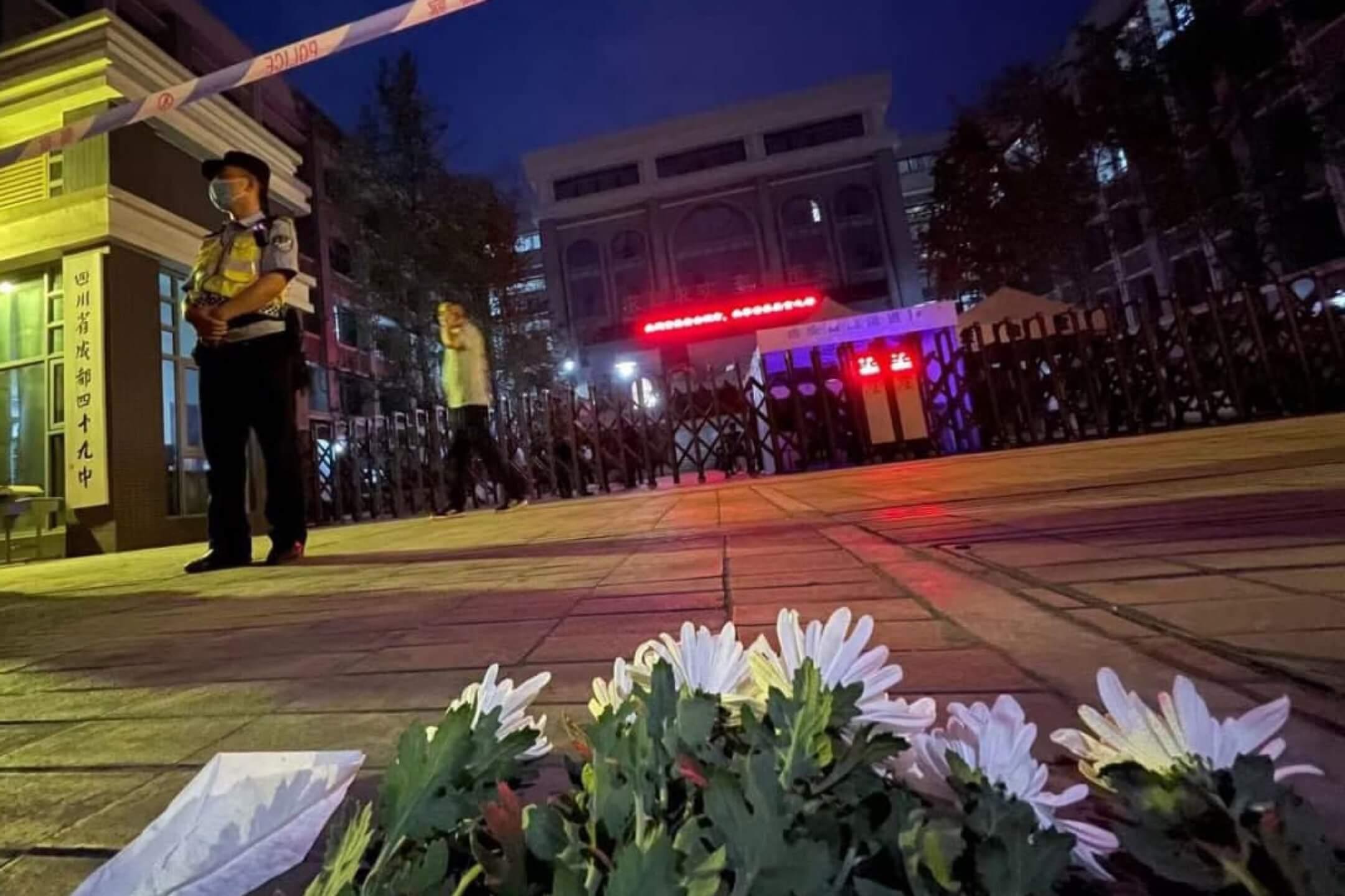 2021年5月11日,成都49中門外,前來悼念墮樓身亡學生林唯麒的民眾把鮮花擺放在學校門前。 圖:網上圖片