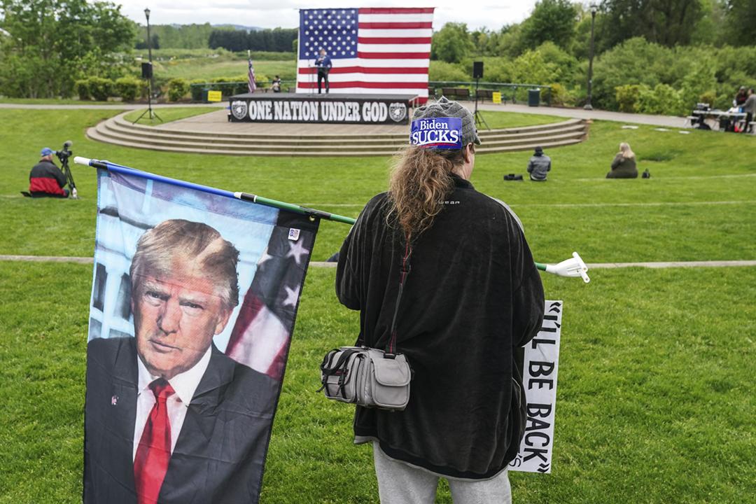 2021年5月1日在美國俄勒岡州塞勒姆市,一名前任總統特朗普的支持者出席集會,要求賦予國民持有和攜帶槍械權利的美國憲法第二條正案。 攝:Nathan Howard / Getty Images
