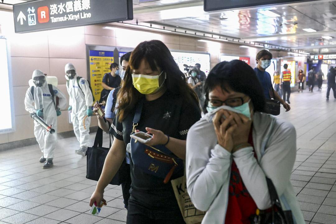 2021年5月18日,因應2019新冠疫情嚴重,台北一個捷運站有消毒人員工作。 攝:Ann Wang/Reuters/達志影像