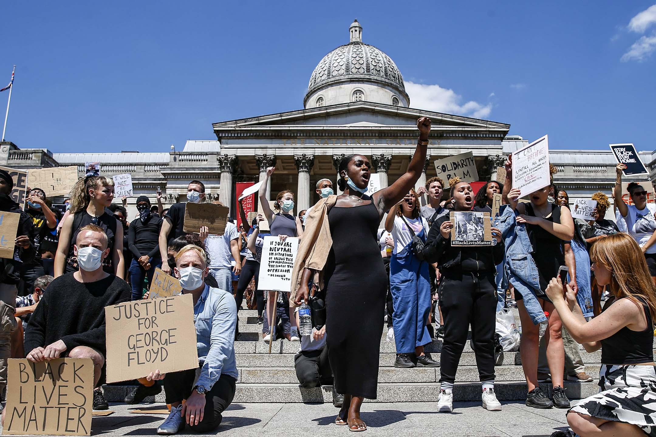 2020年5月31日英國倫敦,人們參加參加了在廣場的遊行,以抗議喬治弗洛伊德在明尼亞波里斯遇害。 攝:Hollie Adams/Getty Images