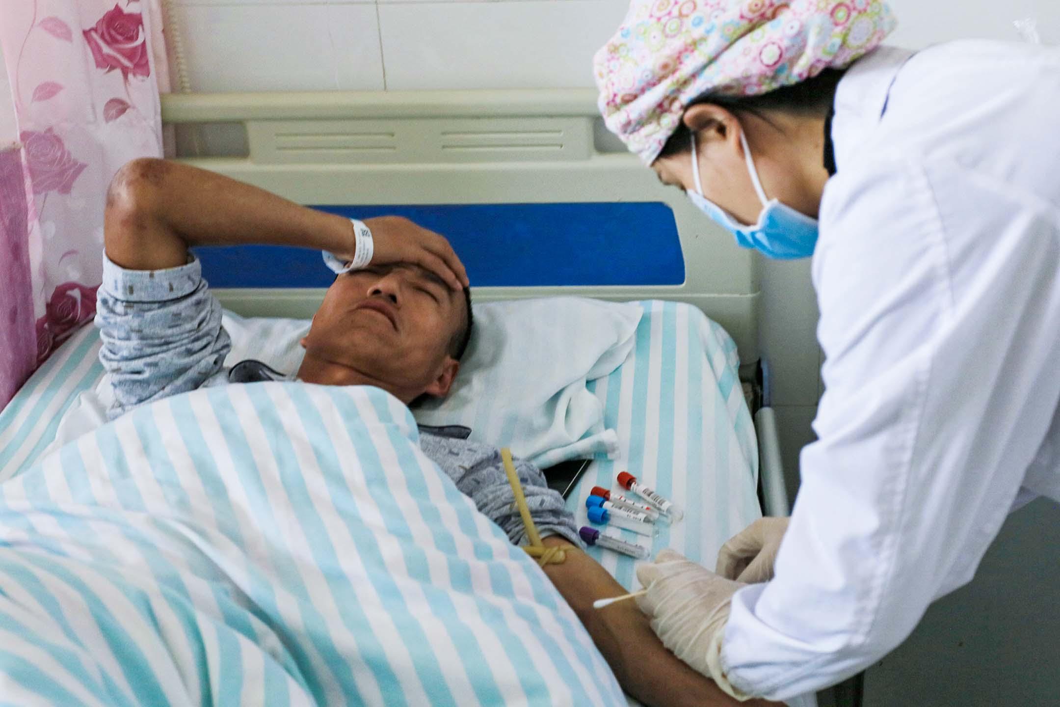2021年5月23日中國甘肅省白銀市,極端寒冷的天氣導致白銀越野跑比賽的參賽者死亡,一名男子在一家醫院接受治療。