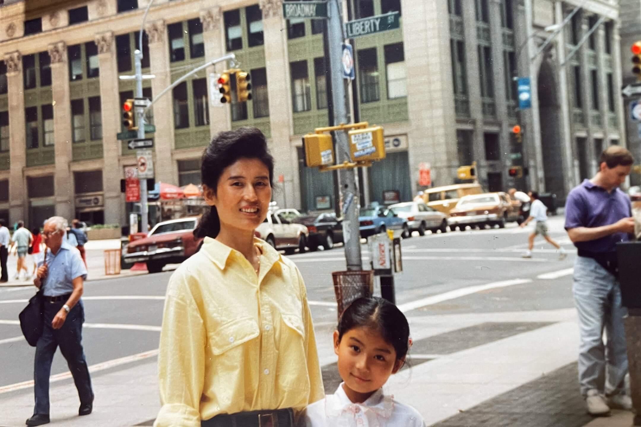 樊嘉揚與母親在紐約街頭的合照。