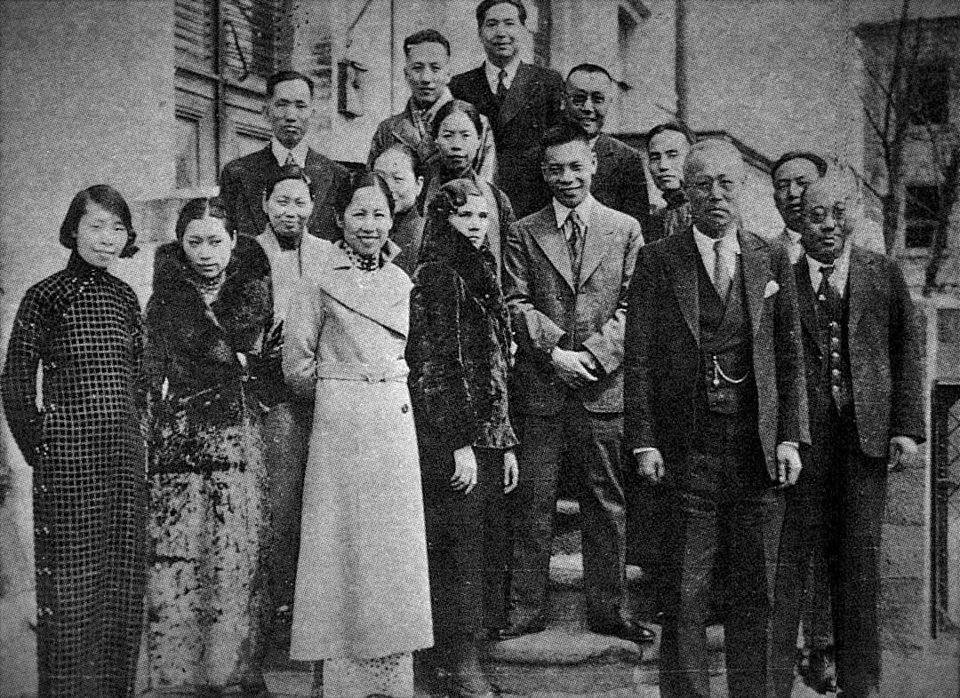 1937年春天,蔣經國夫婦由俄歸國前夕,與中國駐蘇聯大使館人員合照。