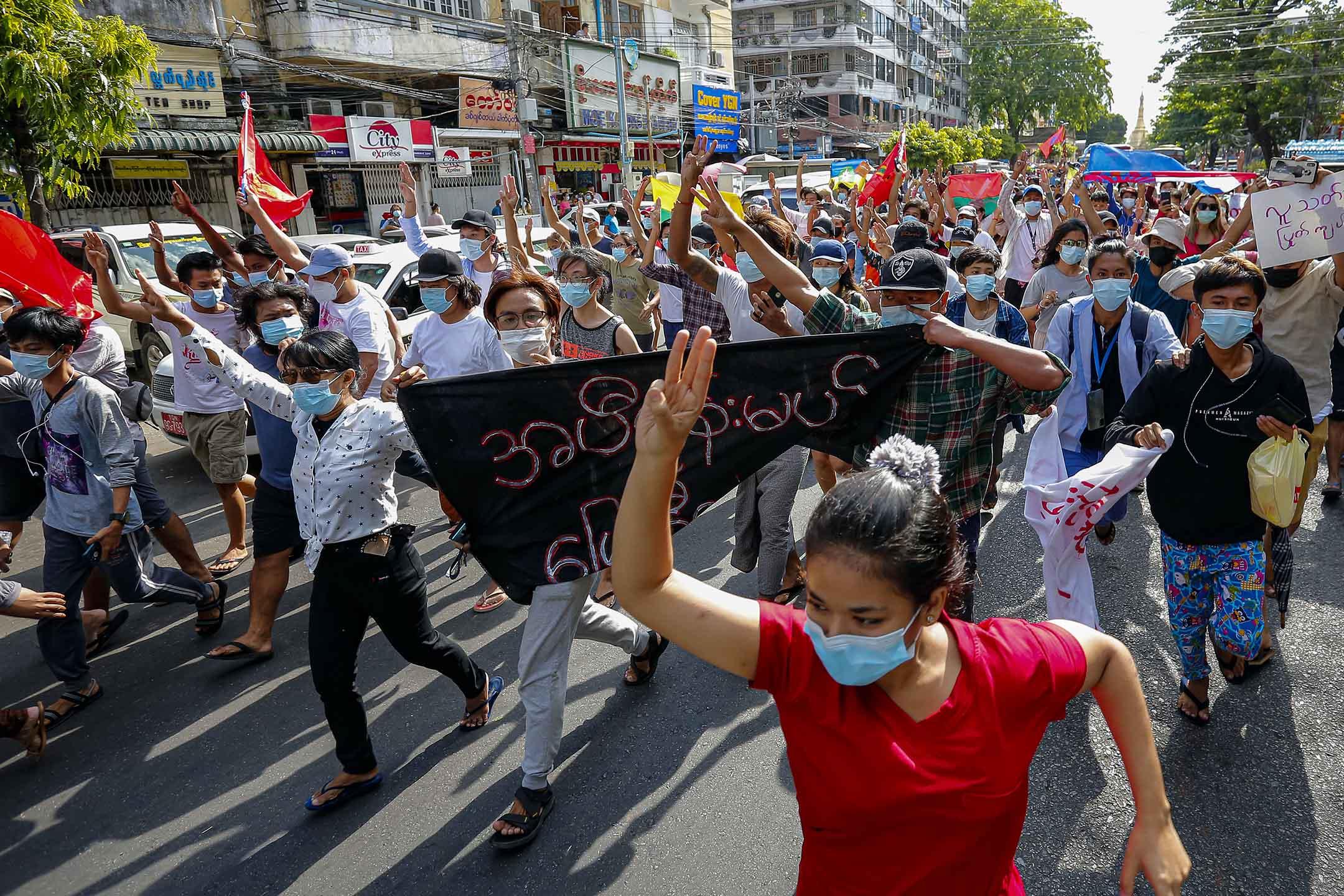 2021年5月6日緬甸仰光,示威者於遊行期間展示三指禮。  攝:Myat Thu Kyaw/NurPhoto via Getty Images