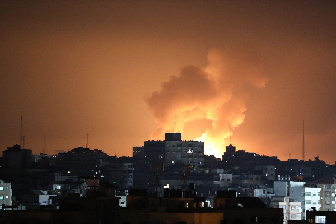 2021年5月13日,加沙拜特拉希耶(Beit Lahia)遭以色列空襲。 攝:Mustafa Hassona/Getty Images