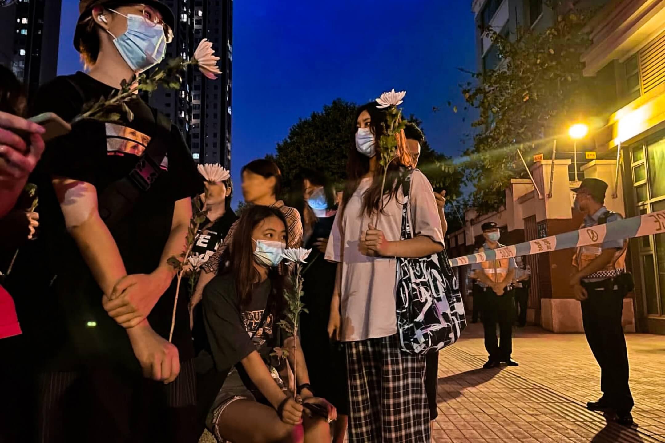 2021年5月11日,成都49中門外,民眾拿著鮮花前來悼念墮樓身亡學生林唯麒。 網上圖片