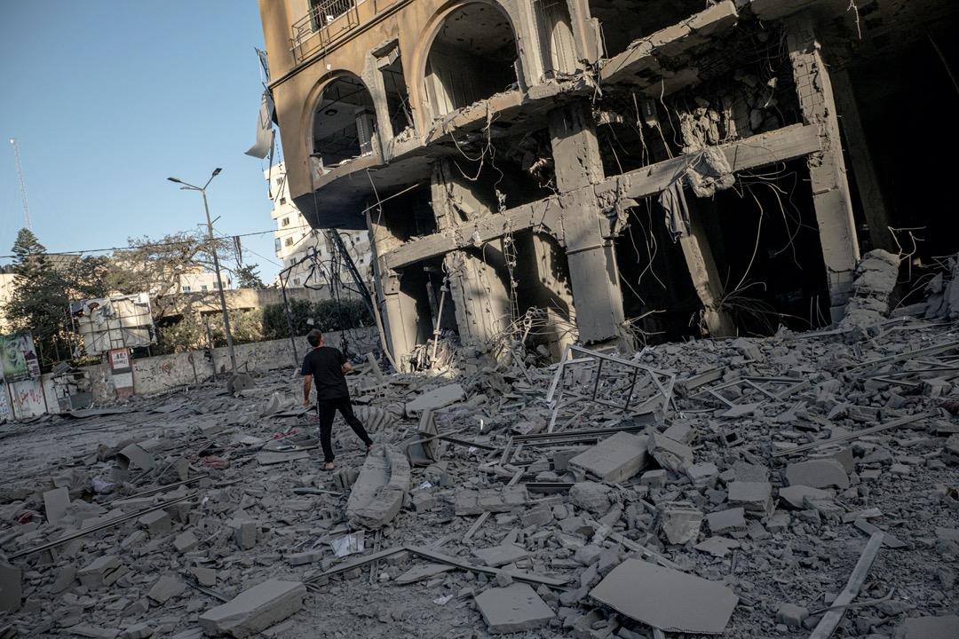 2021年5月10日,加沙市中心的Al-Jawhara大樓被火箭炮擊中倒塌。