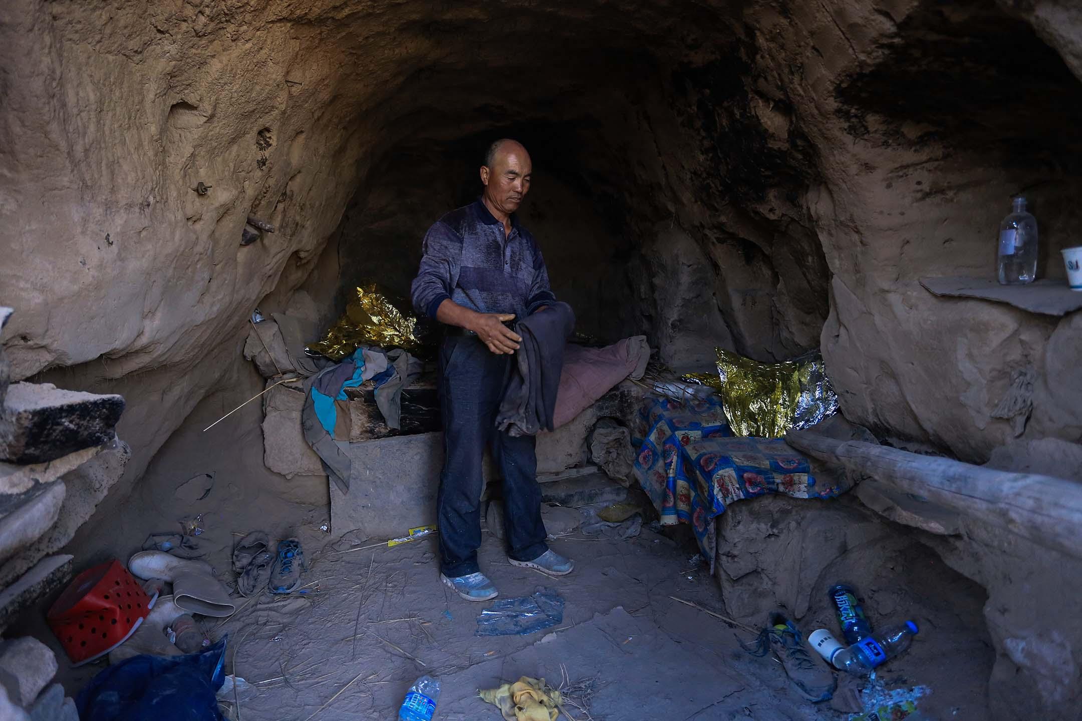 2021年5月24日中國白銀市,一名牧羊人在一個山洞,他稱於白銀越野跑中挽救了六名選手的生命。