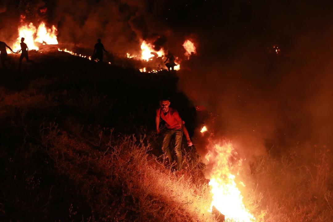 2021年5月9日,加沙地帶,有示威者焚燒車胎抗議以色列部隊闖進巴勒斯坦地區。