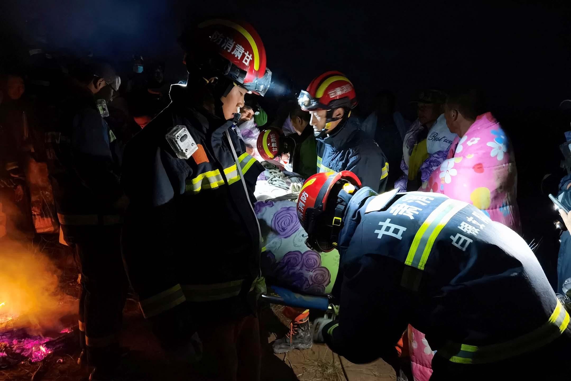 2021年5月22日中國甘肅省白銀市,救援人員在現場展開救援工作。