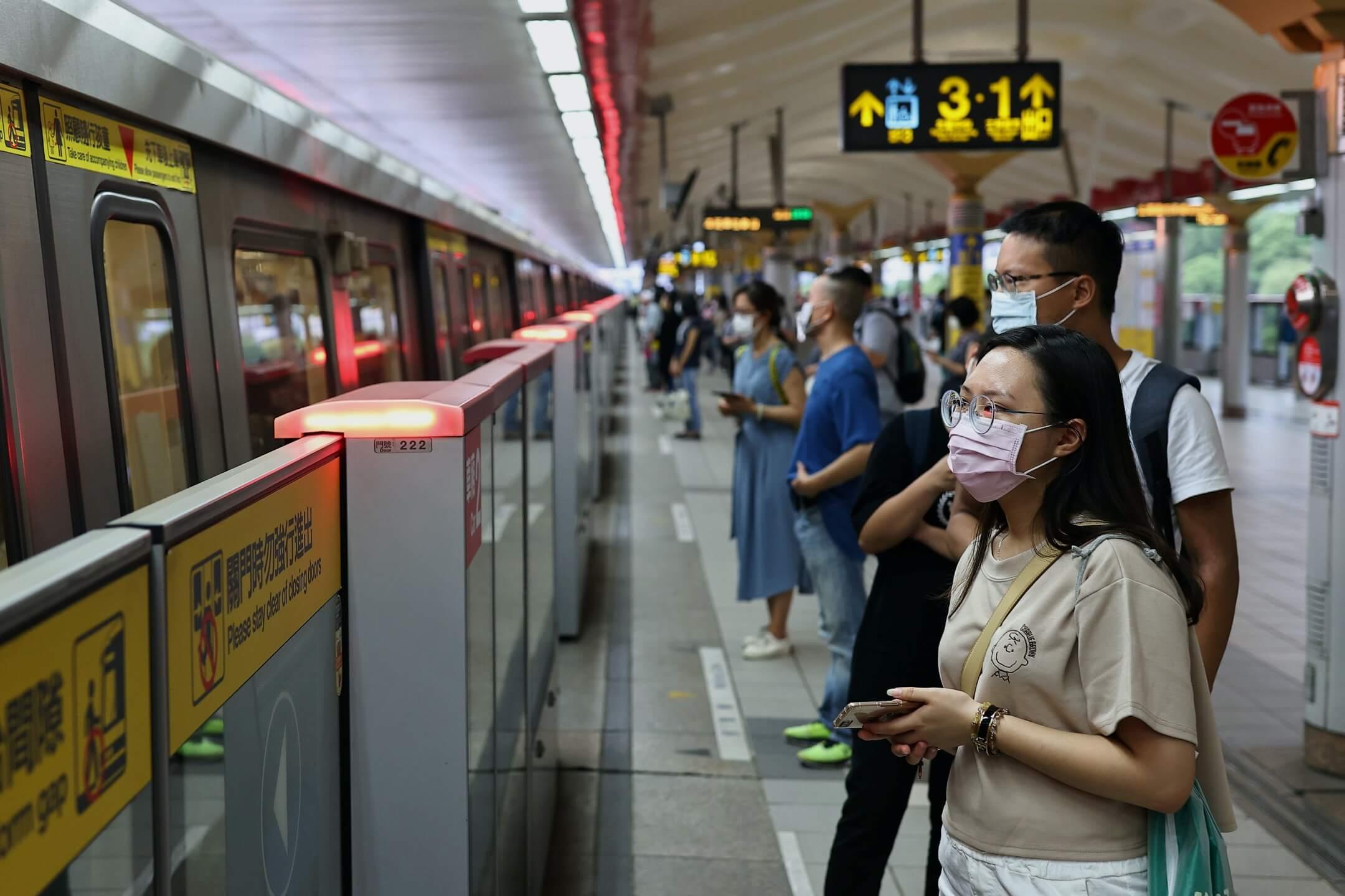 2021年5月11日,台北市,市民戴著口罩乘搭捷運。